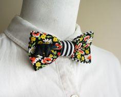 黒地に赤と黄色が鮮やかな花柄を組み合わせた蝶ネクタイです。ちっちゃなクマがくっ付いています。花柄生地の下にストライプを重ねているので、横から見るとチラリと見え...|ハンドメイド、手作り、手仕事品の通販・販売・購入ならCreema。