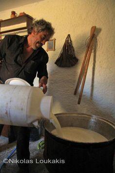 Ο Γιώργης ρίχνει το γάλα στο καζάνι - Cretan cheese photo story