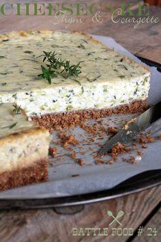 Un cheesecake au thym et courgette à base de ricotta, c'est le cheesecake salé de l'été qui change de la quiche. A essayer chaud ou froid de toute urgence ! Savory Cheesecake, Cheesecake Recipes, Cheesecake Mascarpone, Veggie Recipes, Cooking Recipes, Food Porn, Good Food, Yummy Food, Healthy Breakfast Recipes