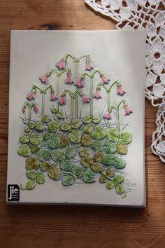 Wonderful little floral Jie wall plaque in ceramic by Ingsvintage, kr95.00