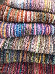 """Nachdem der Seelenwärmer, den ich vor gut 2 Jahren mal im ARD Buffet vorgestellt hatte nach wie vor ganz oben auf eurer """"Lieblings-Modell-Liste"""" autour du tissu déco enfant paques bébé déco mariage diy et crochet Crochet Pullover Pattern, Poncho Knitting Patterns, Knit Patterns, Free Knitting, Knitting Machine, Manta Crochet, Knit Crochet, Textiles, Ard Buffet"""