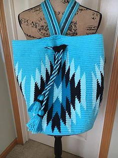 This bag is made with tapestry crochet. You crochet through back loop only. Crochet Shell Stitch, Crochet Chart, Bead Crochet, Cute Crochet, Crotchet Bags, Knitted Bags, Tapestry Bag, Tapestry Crochet, Crochet Handbags