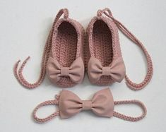 Best 12 Old pink Ballerina shoes and a matching hair band. Crocheted from cotton yarn … Hairband adjustable, with macrame closure, up to Crochet Baby Sandals, Booties Crochet, Crochet Baby Clothes, Crochet Shoes, Baby Booties, Crochet Dolls, Baby Shoes Pattern, Shoe Pattern, Baby Doll Shoes
