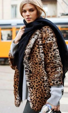 Look com Casaco de Onça - Moda it | Moda It  Casaco de Pele Animal Print + Cachecol Preto
