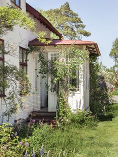 Affordable And Effective Cottage Garden Designing Methods For Your Home Your home is your world, and much like the world around us, looks are important. Swedish Cottage, Swedish House, Cottage Garden Design, Home And Garden, Open Fireplace, Fresco, Palm Beach, Future House, Interior And Exterior