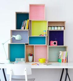 caisse-en-bois-deco-cagette-en-bois-différentes-tailles-de-caisses-fond-customisé-avec-du-papier-coloré-etagere-murale-au-dessus-d-un-bureau-blanc-scandinave-rangement-livres-accessoires-ecole