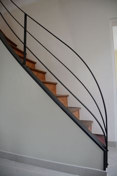 Superbe rampe d'escalier                                                                                                                                                                                 Plus Staircase Railings, Balcony Railing, Banisters, Stairways, Escalier Design, Metal Railings, Railing Design, Modern Traditional, Aluminium