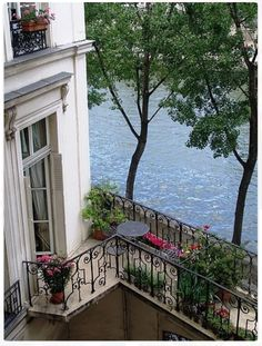 A Paris flat on Ile Saint Louis. - Garden Style - A Paris flat on Ile Saint Louis. A Paris flat on Ile Saint Louis. Apartment Balconies, Paris Apartments, Studio Apartments, Small Apartments, Places To Travel, Places To See, Beautiful Homes, Beautiful Places, Paris Flat