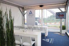 Doppelstockpagode von Innen #Sportevent #Großzelt #Eventzelte Lounge, Vanity, Dining Table, Inspiration, Mirror, Furniture, Home Decor, Outdoor Camping, Airport Lounge