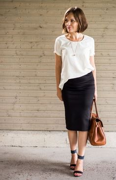 Black midi pencil skirt, white loose tee, Chloè sandals with Mulberry Bayswater. //Again I look the half-tucked thing Black Midi Pencil Skirt, Pencil Skirt Outfits, Pencil Skirts, Black Pencil, Pencil Dresses, Business Outfit Frau, Moda Fashion, Womens Fashion, Midi Skirt Casual