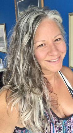 hair highlights inspiration Pretty, long wavy gray hair on a real, natural woman. :) Pretty, long wavy gray hair on a real, natural woman. Grey Hair Don't Care, Grey Curly Hair, Long Gray Hair, Silver Grey Hair, Curly Hair Styles, Lilac Hair, Emo Hair, Green Hair, White Hair