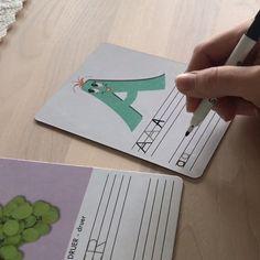 """Bokstavkortene lærer barna alfabetet på en morsom måte. Bokstavene har sin egen """"personlighet"""". Dette gir barna en sterkere tilknytning til hver enkelt bokstav, noe som igjen hjelper barna å huske bedre.  29 stk laminerte kort med bokstav på den ene siden og et relatert ord på den andre. Skriv og vask bort, om og om igjen. Teaching Tips, Barn, Creative, Converted Barn, Barns, Shed, Sheds"""