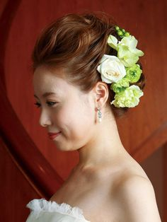 花嫁の美しいオーラが漂うフォトジェニックなドレス姿!/Side|ヘアメイクカタログ|ザ・ウエディング