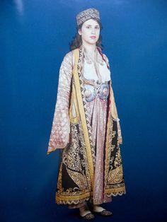 ΓΙαννιώτικη παραδοσιακή φορεσιά με το χαρακτηριστικό χρυσοκέντητο πιρπιρί  (γυναικείο χρυσοκέντητο πανωφόρι) Albania, Traditional Dresses, Kaftan, Greece, Folk, Sari, Costumes, Embroidery, People