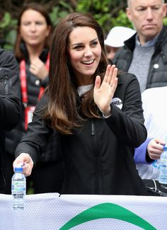 Catherine, Duchess of Cambridge hands out water to runners during the 2017 Virgin Money London Marathon on April 23, 2017 in London.