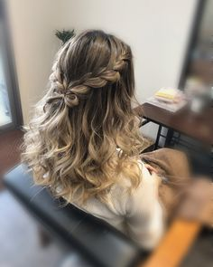 How to style the box braids? Tucked in a low or high ponytail, in a tight or blurry bun, or in a semi-tail, the box braids can be styled in many different ways. Box Braids Hairstyles, Dance Hairstyles, Straight Hairstyles, Cute Hairstyles For Prom, Box Braids Pictures, Braided Prom Hair, Breaking Hair, Quinceanera Hairstyles, Long Box Braids