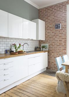 White Gloss Kitchen Units by Ikea Brick Slip Wall Fired Brick Wall Kitchen, Kitchen Flooring, Brick Slips Kitchen, Metro Tiles Kitchen, Exposed Brick Kitchen, Modern Kitchen Tiles, Brick Flooring, Flooring Ideas, Wooden Flooring