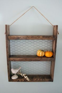 Rope Hanging Wood & Chicken Wire Shelf Rustic by LenasWillow Wooden Projects, Diy Pallet Projects, Pallet Ideas, Modern Farmhouse Decor, Farmhouse Furniture, Rustic Farmhouse, Rustic Crafts, Wood Crafts, Country Crafts