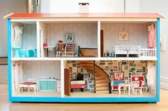 i'm not a fan of plastic dollhouses with plastic people. this dollhouse from the 60's had it going on.