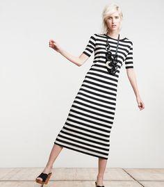 Ook dit seizoen zijn strepen de perfecte toevoeging aan je garderobe. Deze opvallende jurk met zwart-witte print is geschikt voor dagen op kantoor en ook perfect voor warme dagen op het strand. Leuke open kleppers eronder en je look is af.
