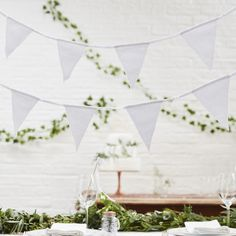 Eine umwerfende, weiße Wimpelkette für eine klassische Dekoration zur Hochzeit, Gartenparty oder Geburtstagsfeier.