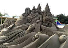 """Japanese artist Toshihiko Hosaka uses beaches as his canvas to create incredibly detailed sculptures. """"His work defies what we typically think of as sand art… Louis Aston Knight, Ice Sculptures, Sculpture Art, Snow Art, Grid Design, Japanese Artists, Find Picture, Walking In Nature, Art Festival"""