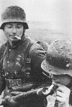Encendiendo un cigarrillo con un lanzallamas.Cosas de la guerra,que agudiza el ingenio.O la estupidez.