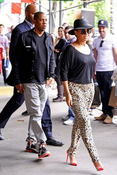 Beyonce Knowles Photos - Superstar couple Beyonce and Jay Z garner the attention of onlookers as they leave Bar Pitti after lunching in NYC. - Beyonce and Jay Z Out Together in NYC