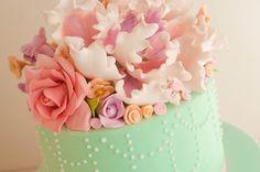 Mesa dulce para Casamientos de Flopi Diaz, tortas de novios, cupcakes, pop cakes, cookies, minicakes, terroncitos de azúcar y macarons                                                                                                                                                                                 Más