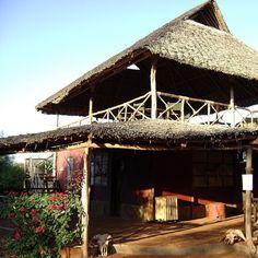 Zona de refeições no Lodge do Tsavo East National Park um dos maiores e mais antigos parques de vida selvagem do Quénia. Com 13747 km quadrados e situado numa zona semi-árida anteriormente conhecida como o Deserto Taru o Tsavo East foi inaugurado em Abril de 1948 e está localizado perto da cidade de Voi no Taita-Taveta County. #TsavoEastNationalPark #vidaselvagem #Quenia #safari #tsavoeast #viagens #viajar
