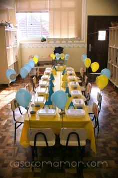 festa aniversário 2 anos escola decoração azul amarelo sol nuvem lindo charmoso cute fofo criança balões marmitas cupcakes docinho salgadinh...