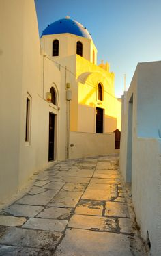 This is my Greece | An alley on Santorini island at sunset