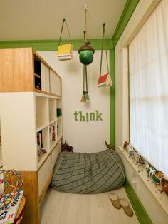 leseecke im kinderzimmer gruen-akzente-buecherregal-dekorationen