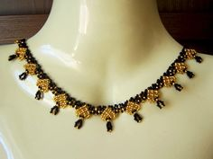 Free pattern for beaded necklace Queen of Spades   U need: seed beads 11/0