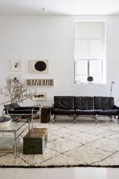 A loft house for a contemporary artist in New York - PLANETE DECO a homes world Beige Living Rooms, Living Room White, Living Spaces, Interior Exterior, Interior Design, Loft Style Homes, Pretty Things, Design Loft, Low Bookcase