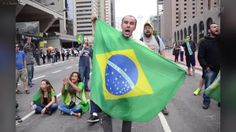Com bandeiras do Brasil amarradas ao corpo, um grupo de manifestantes permanece hoje (17) bloqueando os dois sentidos da Avenida Paulista, em São Paulo, em frente a sede da Federação das Indústrias do Estado de São Paulo (Fiesp).  Segundo a Polícia Militar, o bloqueio ocorre desde o início da noite de ontem (16). Os manifestantes protestam contra a nomeação do ex-presidente Luiz Inácio Lula da Silva para a Casa Civil e pedem a renúncia da presidenta Dilma Rousseff.