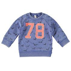 Babyface sweater voor jongens in de kleur blauw. Deze coole Babyface sweater, uit de winter collectie, is gemaakt van katoen met polyetser. Draag de sweater op een chino of jeans van Babyface. Verkrijgbaar in de maten 86 t/m 104 en achter bij de linker raglannaad een knoopsluiting. Op de voorkant een grote verwassen print en de uiteinden hebben elastische boorden.  Artikelnummer: 6207475 Seizoen: winter Materiaal: 65% polyester, 35% katoen