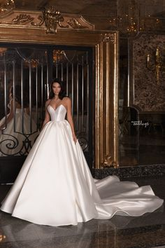Hey brides-to-be, get ready to pin the dresses in the Edem 2020 Bridal Collection by WONÁ. Modest Wedding Dresses, Wedding Dress Styles, Boho Wedding Dress, Bridal Dresses, Wedding Gowns, Civil Wedding, Backless Wedding, Floral Wedding, Lace Wedding