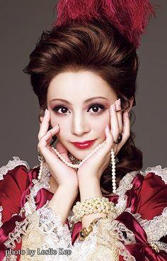星組 綺咲 愛里のプロフィール、出演予定、バイオグラフィーをご紹介しています。 Rococo Fashion, Living Dolls, Makeup Tips, Idol, Stars, My Style, Lady, Beautiful, Theatre