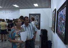 Fernando y su esposa Rosa Aurora observan una de las obras de la artista. Foto: Fernando Medina / Cubahora