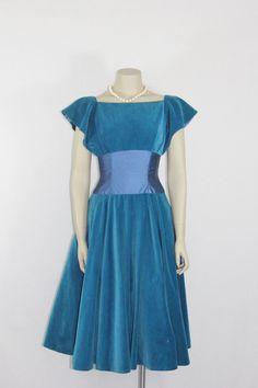 Vintage Velvet Dress Emma Domb Blue by VintageFrocksOfFancy Vintage Fashion 1950s, Vintage Vogue, Retro Fashion, Classic Fashion, Vintage Party Dresses, Prom Party Dresses, Vintage Outfits, Prom Dress, Dior