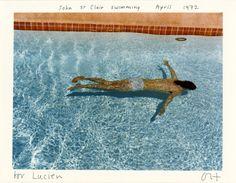 Ces photographies de David Hockney, prises entre 1970 et 1975 sont des scènes de la vie intime. Chaque photographie est une fenêtre qui immobilise un moment. Le regard du spectateur y transperce la composition pour partager la vision de l'artiste.