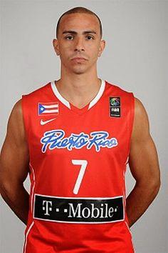 Carlos Arroyo nació el 30 de julio de 1979. Es un jugador puertorriqueño profesional de baloncesto que ha jugado en Toronto Raptors, Denver Nuggets 01-02, Utah Jazz 02-03 a 04-05, Detroit Pistons 04-05 al 05-06 , Orlando Magic 05-06 a 7.8, Miami Heat 09-10 hasta la actualidad.