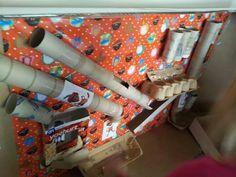Pepernoten fabriek! Wat een leuk idee van juf Henrike. Cardboard Toys, Preschool, December, Arts And Crafts, Cool Stuff, Winter, Party, Fun, Kids