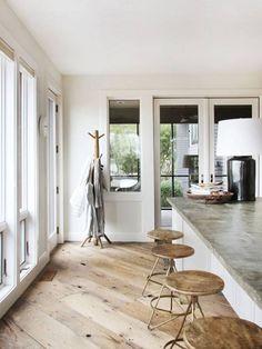 De houten vloer in je keuken valt pas echt op als je deze schuin legt. Hoe gaaf is dat?