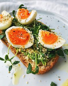 Temporary second of silence for these PERFECT egg yolks! Avocado & Pea Shoot Toast is the epitome of an ideal weekend breakfast! 👉Get the & extra Avocado… Breakfast Sausage Links, Breakfast For A Crowd, Healthy Meals To Cook, Healthy Eating, Healthy Recipes, Vegetarian Recipes, Tartine Recipe, Perfect Eggs, Health Foods