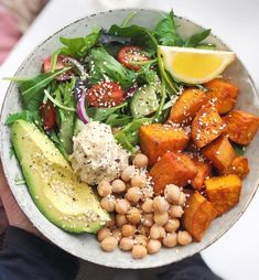 All the goods 👅🙌🏻 Roasted sweet potato, hummus, avocado, chickpeas, a lil' salad and a sprinkle of sesame seeds all drizzled with lemon | #1stInHealth #HealthyEating #Diet #Gourmet #Salad #Avocado #Afflink