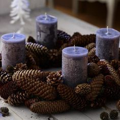 10 Ideas Of Pine Cones And Candles Arrangements can be used instead of spending money on artificial Christmas decorations. These ideas shows nice combinations. Christmas Candle Centerpieces, Purple Christmas Decorations, Advent Candles, Pine Cone Decorations, Christmas Candles, Christmas Advent Wreath, Christmas Time, Christmas Crafts, Advent Wreaths