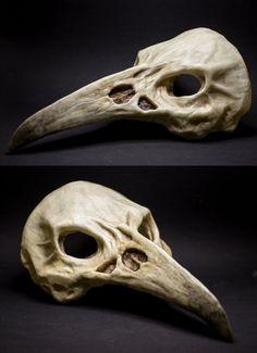 Raven skull mask, realizzata in resina e colorata a mano, misura unica. Scegli la colorazione che preferisci!  I prezzi di spedizione corrispondo alla spedizione sicura/tracciabile, per spedizioni più economiche contattatemi!  PER QUALSIASI DOMANDA NON ESITATE A CONTATTARMI