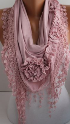 Bufanda color palo rosa con orilla de encaje.